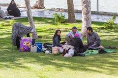 Gente que descansa cerca del político antiguo del Si-o-Seh del puente Foto de archivo