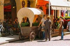Gente que descansa en café al aire libre en centro de ciudad histórico Lviv fotos de archivo libres de regalías
