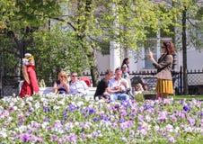 Gente que descansa en el jardín Foto de archivo
