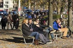 Gente que descansa en un parque en Zurich Imágenes de archivo libres de regalías