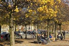 Gente que descansa en un parque en Zurich Foto de archivo