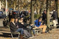 Gente que descansa en Zurich en un día hermoso Fotos de archivo libres de regalías