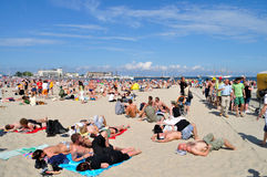 Gente que descansa sobre la playa Fotos de archivo libres de regalías