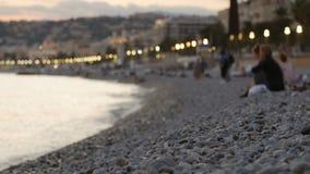 Gente que descansa sobre la playa almacen de metraje de vídeo