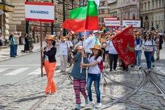 Gente que desfila en el festival de Sokol en las calles de Praga imagen de archivo