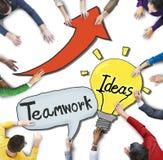 Gente que discute sobre trabajo en equipo e ideas Foto de archivo libre de regalías