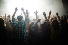 Gente que disfruta de concierto foto de archivo
