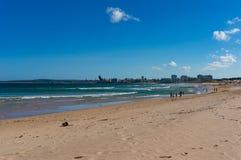 Gente que disfruta de día de fiesta de la playa en la playa de Cronulla australia Fotos de archivo