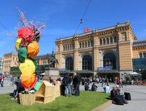Gente que disfruta de día de primavera hermoso delante de la estación de tren principal Imágenes de archivo libres de regalías