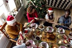 Gente que disfruta de día de fiesta de la Navidad imagenes de archivo