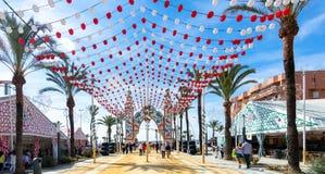 Gente que disfruta de un buen día en Feria de Sanlucar de Barrameda foto de archivo