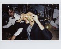 Gente que disfruta de un partido de la pizza Imagenes de archivo