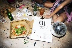 Gente que disfruta de un partido de la pizza Fotos de archivo libres de regalías