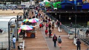 Gente que disfruta del d?a en Santa Monica Pier almacen de metraje de vídeo