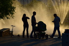 Gente que disfruta del tiempo de la puesta del sol en el parque Imagenes de archivo
