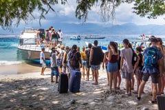 Gente que embarca el transbordador a Bali Foto de archivo