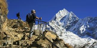 Gente que emigra el campo bajo de Everest del paisaje de la opinión de Nepal Himalaya de las montañas del bazar escénico de Namch foto de archivo