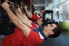 Gente que entrena en el gimnasio Imagen de archivo libre de regalías