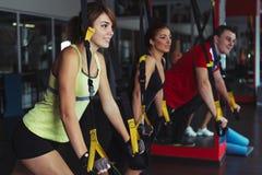 Gente que entrena en el gimnasio Foto de archivo