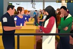 Gente que es línea comprobada de la inmigración en el aeropuerto ilustración del vector