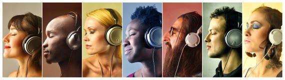 Gente que escucha la música Foto de archivo libre de regalías