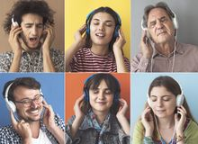 Gente que escucha la m?sica con el auricular fotografía de archivo