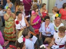 Gente que espera al santo patrón en el festival local del pueblo Imagen de archivo libre de regalías