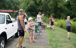 Gente que espera el eclipse parcial Imagen de archivo