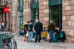 Gente que espera el nuevo lanzamiento del iPhone Imagen de archivo