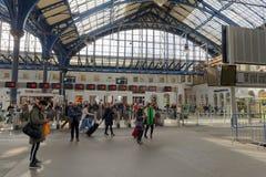 Gente que espera el tren en la estación de tren en Brighton, U fotos de archivo libres de regalías