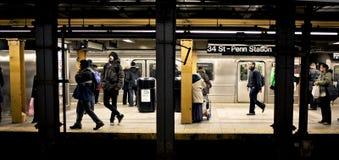 Gente que espera el tren en Nueva York imagen de archivo libre de regalías