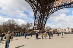 Gente que espera en cola larga en la torre Eiffel en París Francia fotos de archivo