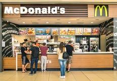 Gente que espera en el escritorio de Mc Donalds en centro comercial Imágenes de archivo libres de regalías