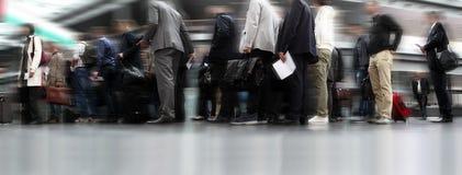 Gente que espera en línea, viajeros en cola Imagen de archivo