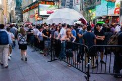 Gente que espera en la cola para evento elegante del teléfono de OnePlus 2 el épocas foto de archivo libre de regalías