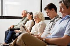 Gente que espera en pasillo Imágenes de archivo libres de regalías