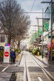 Gente que espera la tranvía en la calle de Cashel, Christchurch, Nueva Zelanda fotos de archivo