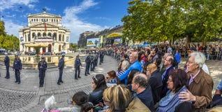 Gente que espera a los políticos delante del teatro de la ópera viejo i Foto de archivo libre de regalías