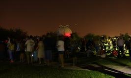 Gente que espera para mirar el eclipse 2015 de Supermoon Fotos de archivo libres de regalías