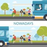 Gente que espera un autobús y que usa los artilugios en este tiempo Imagen de archivo libre de regalías