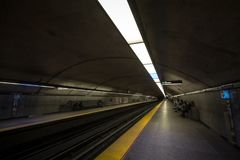 Gente que espera un subterráneo en la plataforma de la estación del DES Neiges de Cote, línea azul, en sistema del metro de Montr foto de archivo
