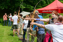Gente que está aprendiendo al tiro al arco en Massagno en Suiza Imágenes de archivo libres de regalías