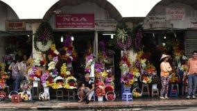 Gente que está haciendo compras en Ben Thanh Night Market metrajes