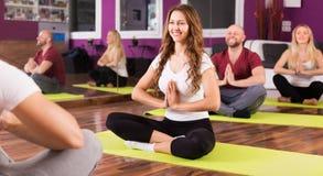 Gente que estudia la posición en la yoga Imágenes de archivo libres de regalías