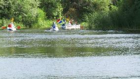 Gente que flota en el río en un barco largo, canoa Turismo almacen de video