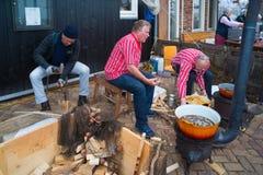 Gente que fríe pescados Foto de archivo libre de regalías