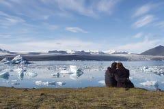 Gente que goza de los icebergs en Islandia Fotos de archivo