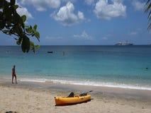 Gente que goza de una playa hermosa en el Caribe almacen de metraje de vídeo