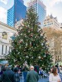 Gente que goza del árbol de navidad enorme en Herald Square Imágenes de archivo libres de regalías