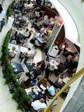 Gente que goza del alimento en restaurante Fotos de archivo libres de regalías